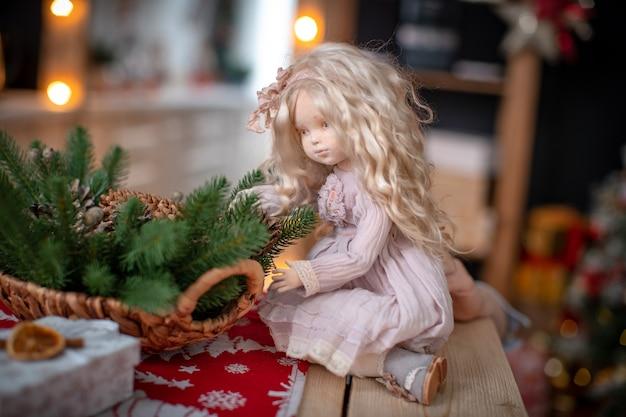 Bambola, realizzata a mano con tessuti, in stile retrò. una bambola di design con un volto umano.
