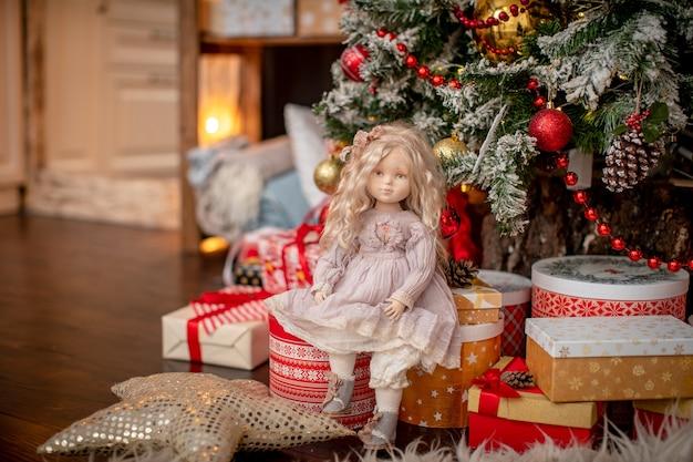 Bambola, realizzata a mano con tessuti, in stile retrò.