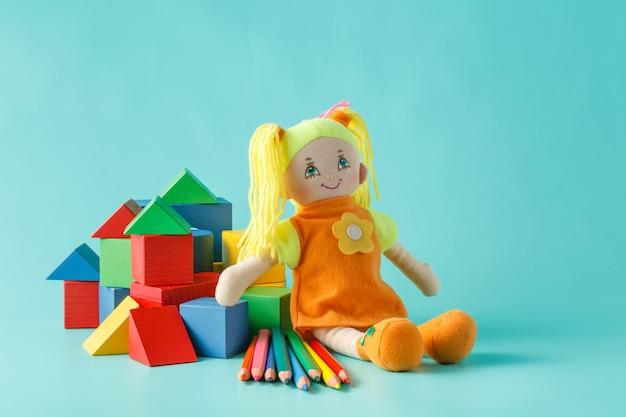 Bambola con matite colorate