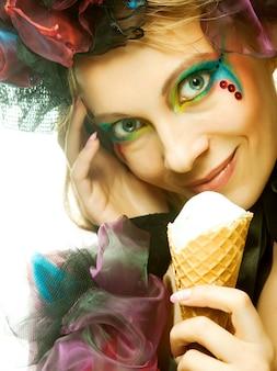 Bambola con gelato