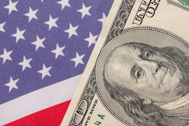 Primo piano del dollaro sulla bandiera americana