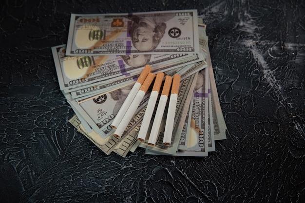 Banconote e sigarette del dollaro