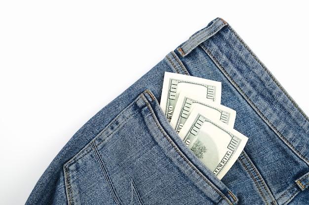 Banconote da un dollaro nella tasca posteriore dei jeans.