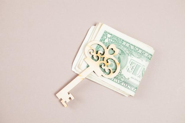 Banconote da un dollaro e chiave sul tavolo