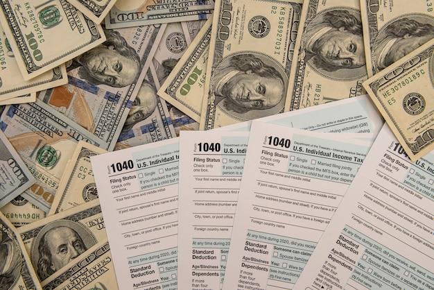 Fatture del dollaro sul modulo fiscale 1040 degli stati uniti, concetto di contabile