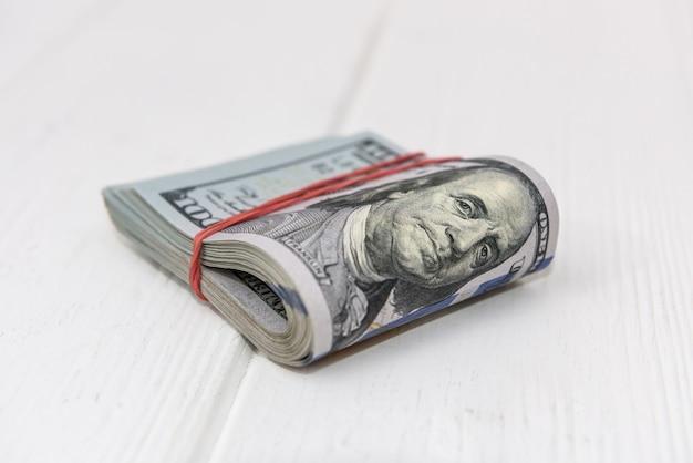 Fascio di dollari su fondo in legno chiaro da vicino