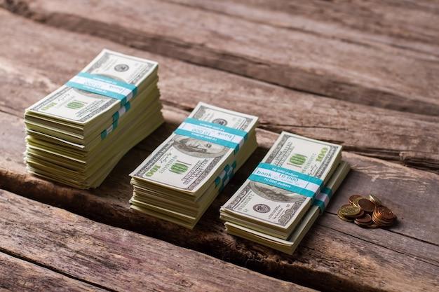 Pacchi e monete del dollaro. pile di monete e banconote. tutto ciò che è rimasto. fai una scelta saggia.