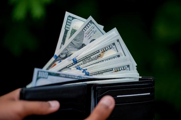 Immagini della mano e della borsa del dollaro concetto di finanza aziendale
