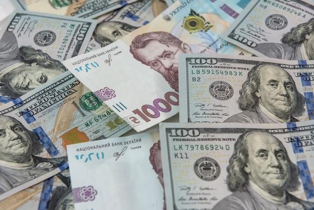 Cambio valuta in contanti dollaro e grivna. finanziare gli investimenti. concetto di denaro