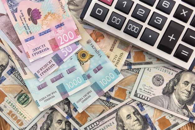 Cambio valuta contanti dollaro e grivna. investimento finanziario. concetto di denaro