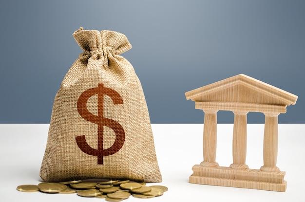 Borsa dei soldi del dollaro e edificio del governo della banca. budgeting, sistema finanziario nazionale. prestiti di prestito