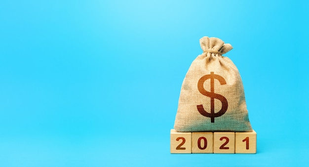 Sacco di soldi in dollari e blocchi 2021. pianificazione del budget per il 2021.