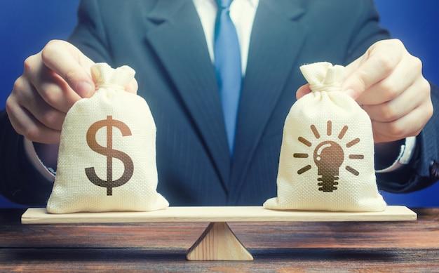 Sacchetto di soldi del dollaro e brevetti di idee. acquistare una startup.