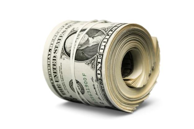 Rotolo dollaro stretto con fascia. soldi arrotolati isolati su bianco