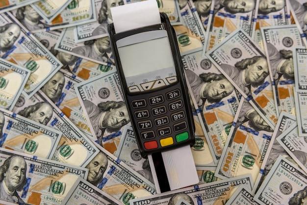 Dollari e terminale bancario con carta di credito
