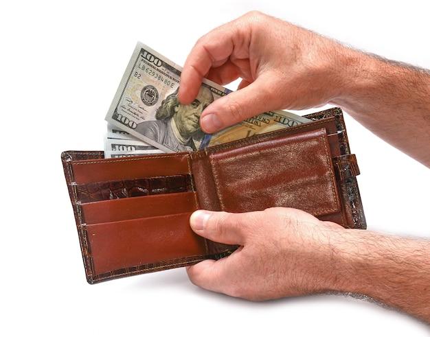 Banconote in dollari in mano su sfondo bianco