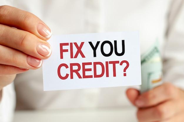 Fattura di dollari, foglio di blocco note bianco sul muro bianco. fix you credit testo. concetto di finanza ed economia. concetto di finanza.