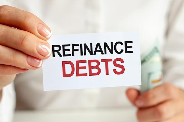 Fattura di dollari, foglio di blocco note bianco sul muro bianco. testo rifinanziamento debiti. concetto di finanza ed economia. concetto di finanza.