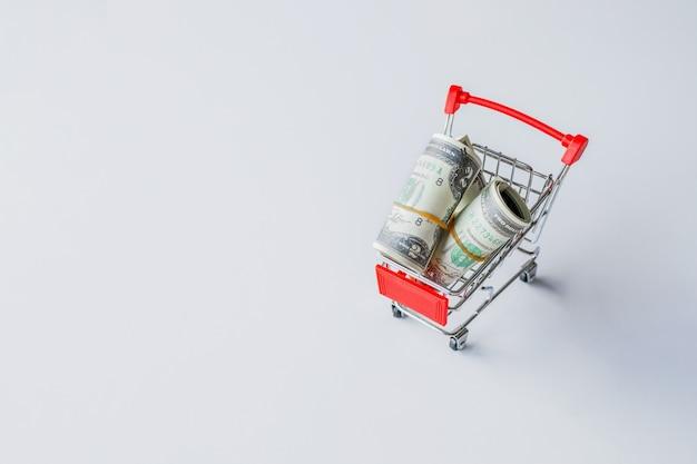 Banconota in dollari sul tavolo bianco