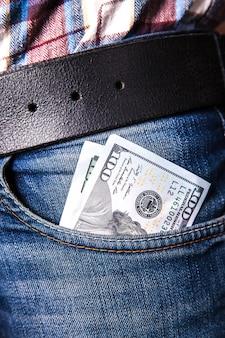 Dollari in una tasca dei jeans, primo piano