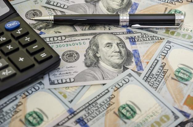 Dollari con penna e calcolatrice