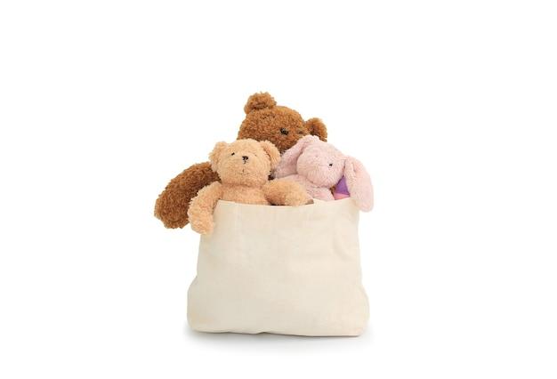 Bambole in un sacchetto di stoffa per donazione isolato su sfondo bianco. immagine con tracciato di ritaglio