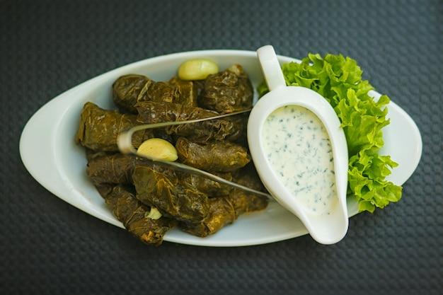 Dolma. salsa bianca di matsoni con aglio ed erbe aromatiche.