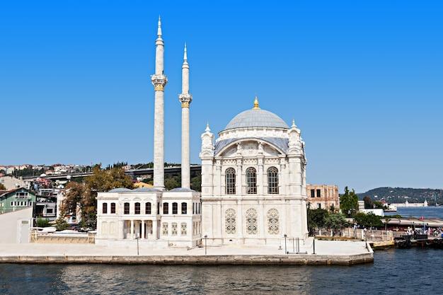La moschea dolmabahce si trova a istanbul, in turchia. fu commissionato dalla regina madre bezmi alem valide sultan.
