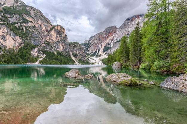 Dolomiti nel riflesso delle acque cristalline del famoso lago di braies