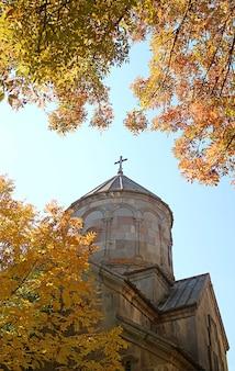 Cupola della chiesa ortodossa armena tra il bel fogliame autunnale