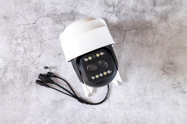 Telecamera di sicurezza cctv a cupola o videocamera di sorveglianza su sfondo di pietra prima dell'installazione vista dall'alto