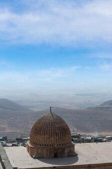 Particolare della cupola di una moschea dalla città di mardin della turchia con lo sfondo della mesopotamia.