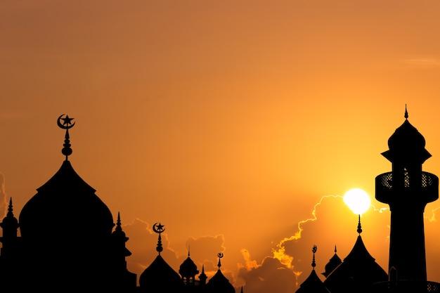 Moschee a cupola sul cielo al tramonto in serata.