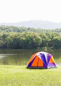 Tenda a cupola da campeggio sul lato lago