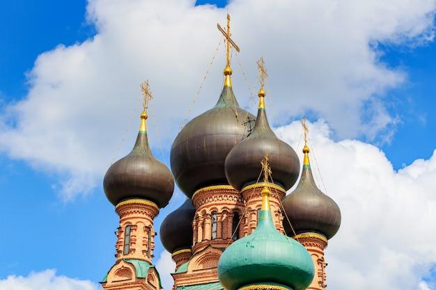 Cupole della chiesa ortodossa contro il cielo blu con nuvole bianche in primo piano mattina soleggiata