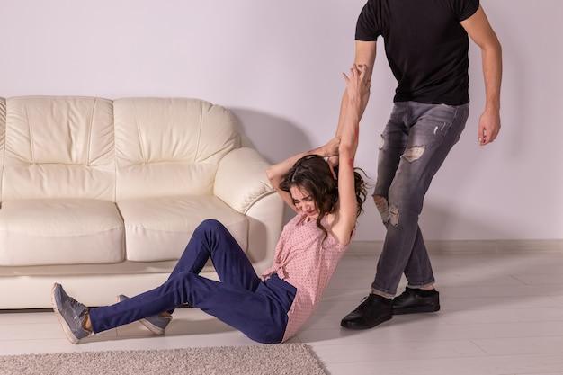 Violenza domestica, abuso e concetto di vittima - uomo e donna che litigano, uomo che trascina una donna indifesa per i capelli