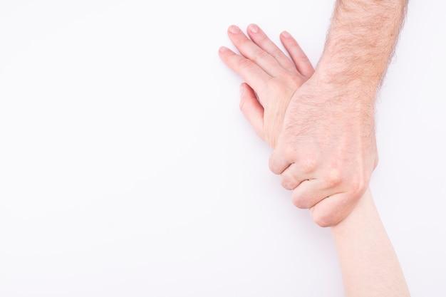 Concetto di violenza domestica. l'uomo tira la mano di una donna.
