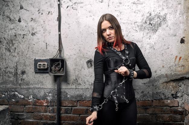 Donna dominante in un corsetto nero