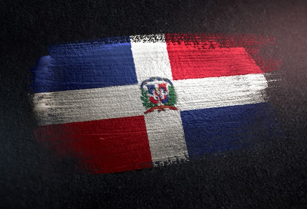 Bandiera della repubblica dominicana fatta di vernice pennello metallico sulla parete scura del grunge