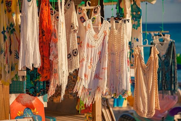 Dominicus, repubblica dominicana 6 febbraio 2020: vendita di vestiti sulla spiaggia di dominicus