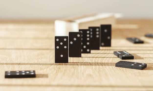 Pezzi del gioco del domino sul tavolo di legno alla luce del giorno