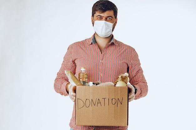 Scatola di donazione di cibo per le persone che soffrono di conseguenze della pandemia da coronavirus