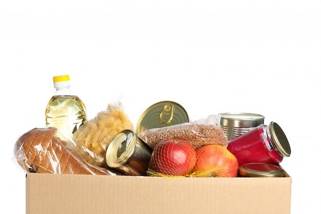 Scatola di donazione isolata su spazio bianco. scatola di carta con cibo