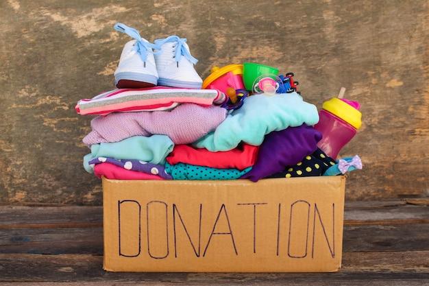 Scatola per donazioni con oggetti e giocattoli per bambini