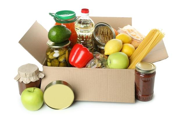 Scatola di donazione con cibo isolato su sfondo bianco