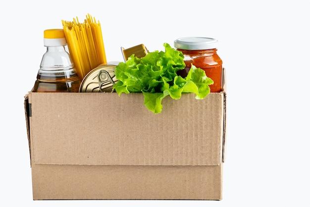Casella di donazione con cibo su sfondo bianco. consegna di generi alimentari di prima necessità. posto per il testo.