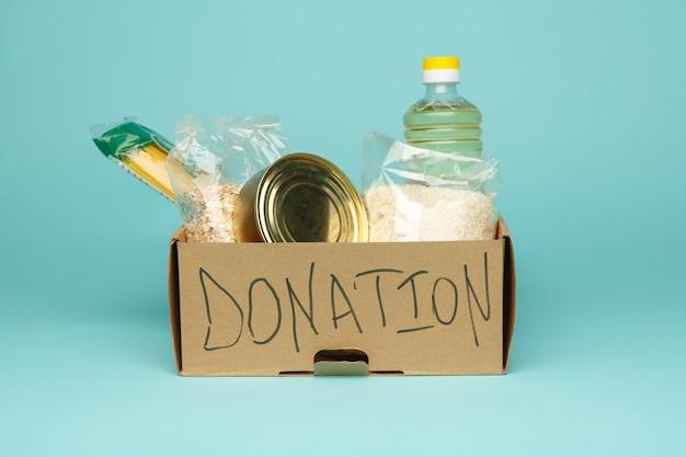 Scatola per donazioni con cibo.