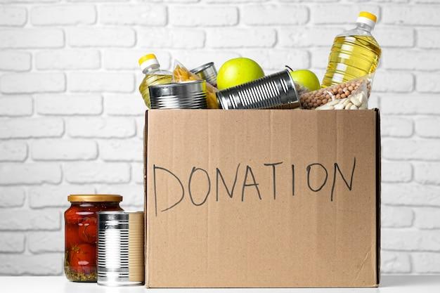 Scatola di donazione con vari alimenti. supporto pandemico.