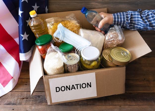 Scatola per donazioni con cibo vario