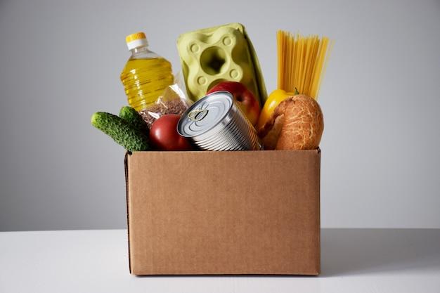 Scatola di cartone di donazione con verdure